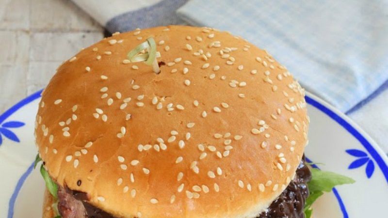 Beef burger with black garlic
